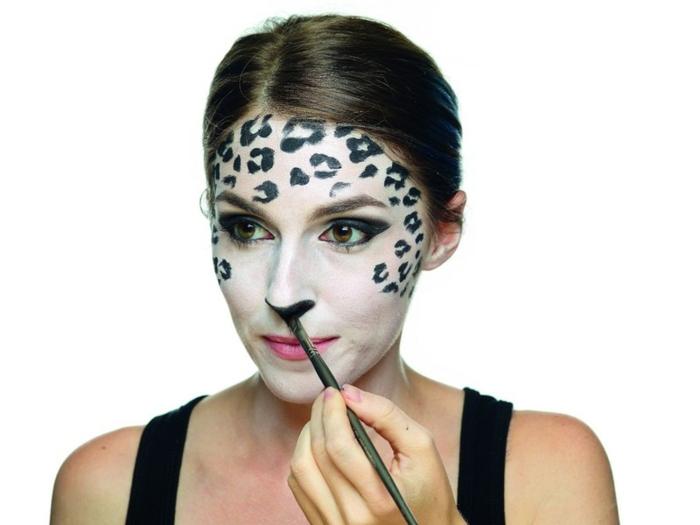 leopard-gesicht-schminken-weiße-farbe-als-grundlage