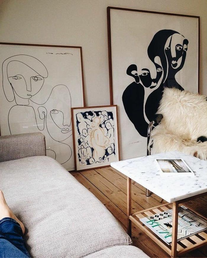 drei Linienzeichnungen in weiß und schwarz, Bilder Wohnzimmer Ideen, Moderne Kunst, Tisch mit Marmorplatte