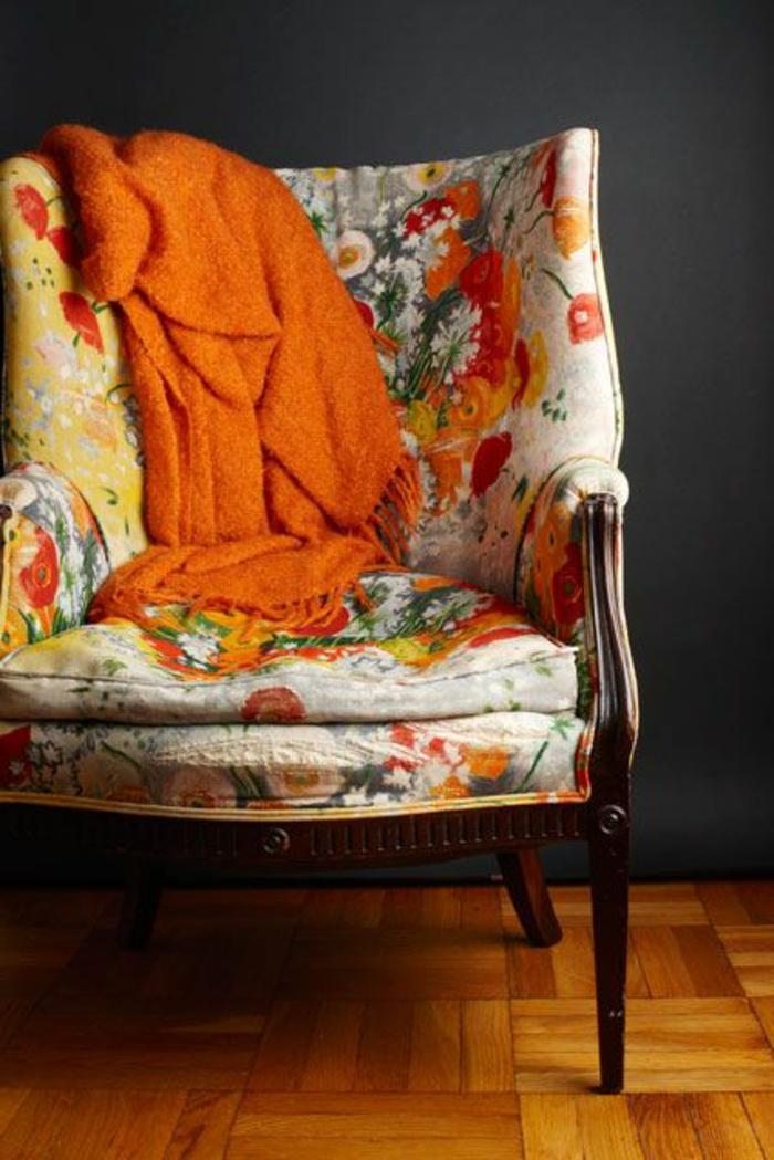 lounge-sessel-ohrensessel-frisches-Muster-grelle-Nuancen-orange-Schlafdecke-gemütlich-bequem