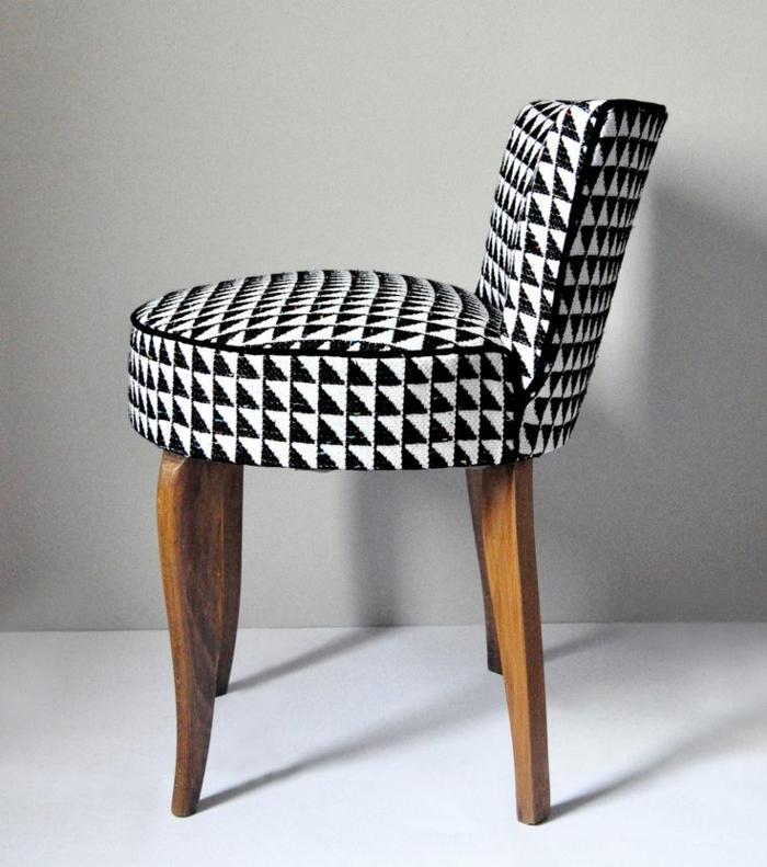 lounge-sessel-schwarz-weißes-Muster-geometrische-Formen-kleine-Lehne-interessantes-Design