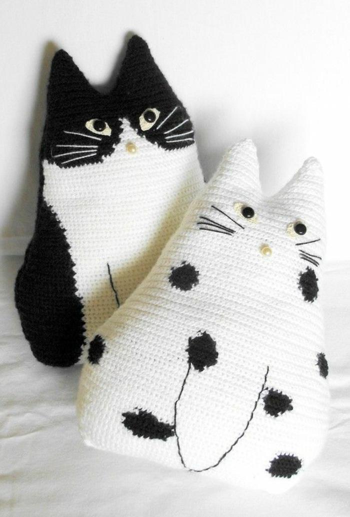 lustige-Crochet-Kissen-weiße-und-schwarze-Katze