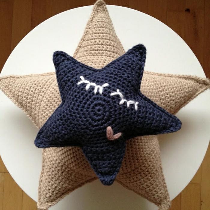 lustige-Modelle-gestrickte-Kissen-beige-dunkelblau-Sterne-mit-Gesichtern
