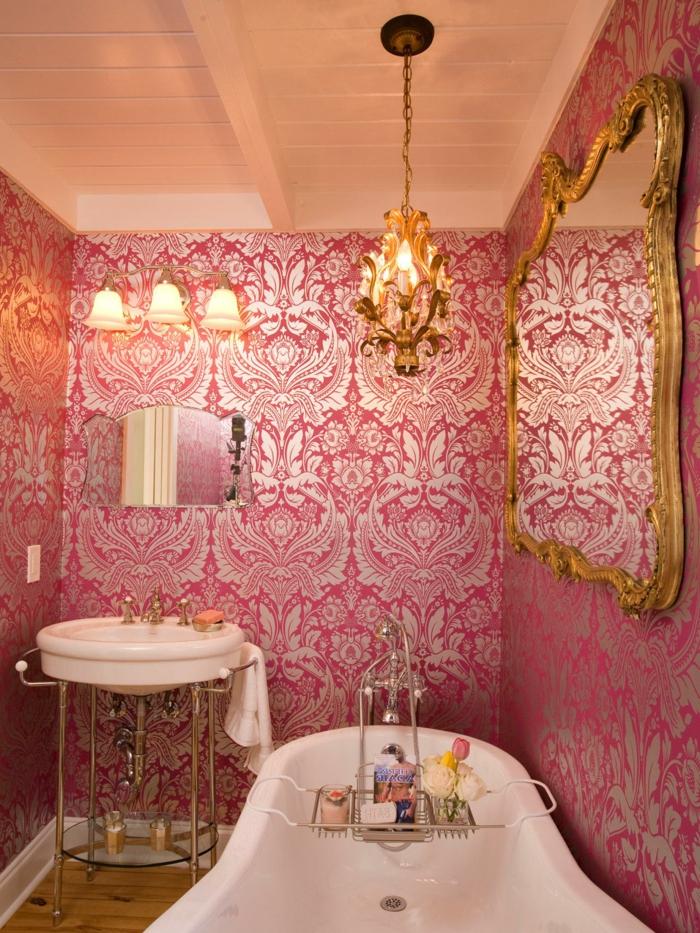 luxuriöses-Badezimmer-Interieur-französischer-Stil-retro-tapeten-Zyklamen-Farbe-silberne-Dekoration