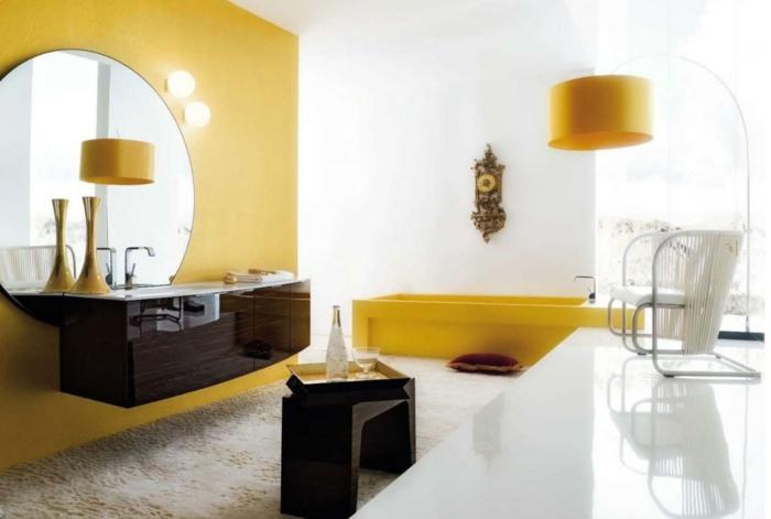 luxuriöses-Badezimmer-gelbe-Badewanne-antike-Wanduhr