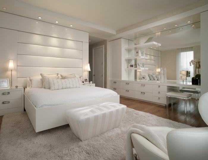 luxuriöses-Schlafzimmer-weißes-Interieur-weißer-Teppich