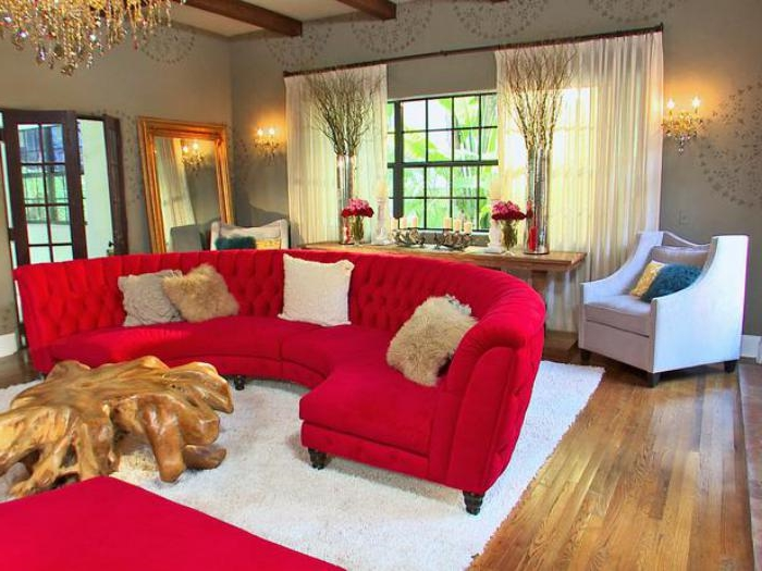luxuriöses-Wohnzimmer-Interieur-rote-moderne-couch-halbrunde-Form-extravagantes-Couchtisch