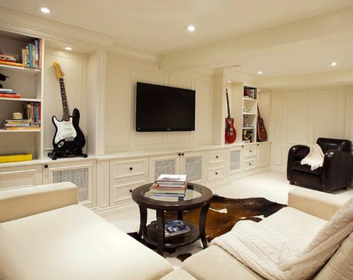 luxuriöses-Wohnzimmer-Interieur-weiße-Möbel-runder-Kaffeetisch-Pelz-Akustik-Gitarre-Dekoration
