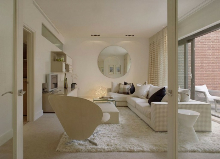 luxuriöses-weißes-Interieur-moderne-Designer-Möbel-flaumiger-Teppich