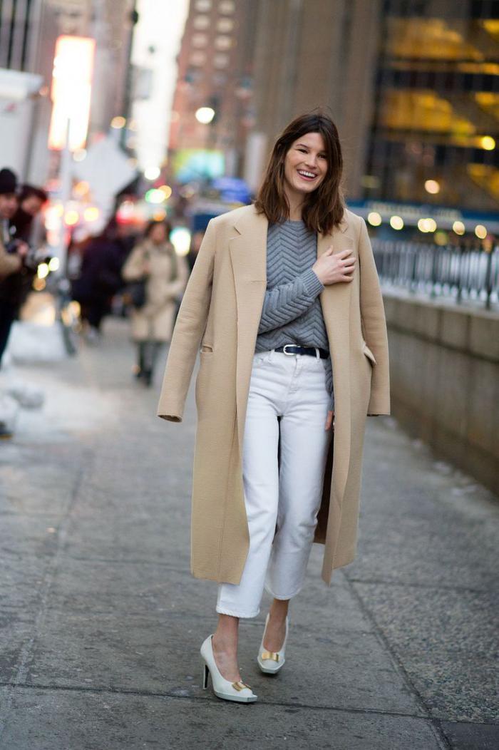 mantel-Karamell-Farbe-grauer-Pullover-weiße-Hosen-extravagante-Schuhe-mit-Absatz