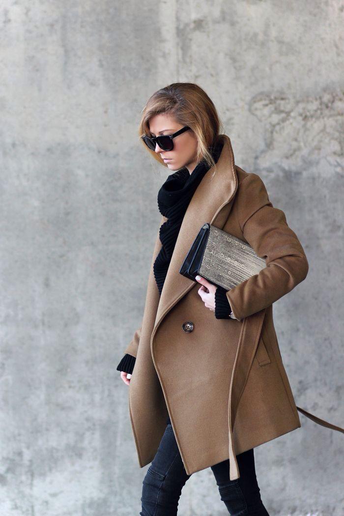 mantel-Karamell-Farbe-schönes-Modell-schwarzer-Pullover-Rollkragen-Clutch