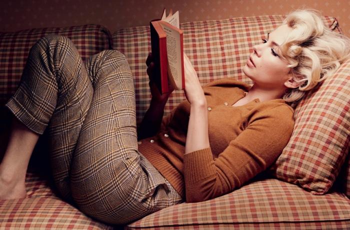 michelle-williams-Buch-lesen-Sofa-Erholung