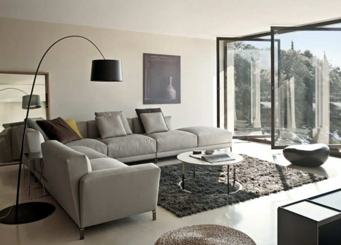 minimalistische-Einrichtung-graues-Interieur-schwarze-leseleuchte