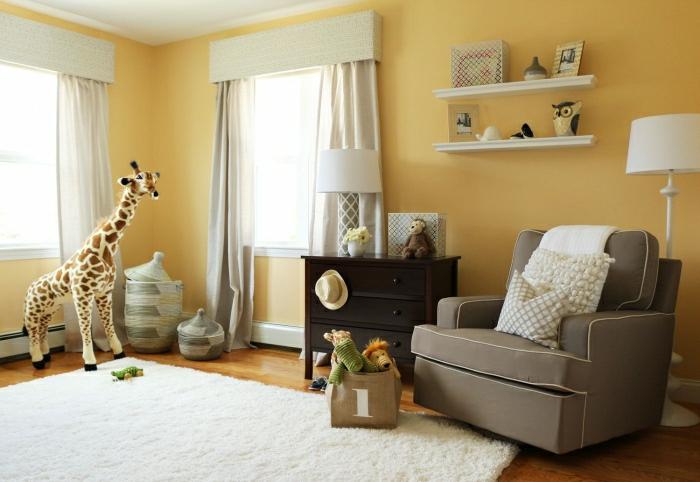 minimalistisches-Kinderzimmer-gelbe-Wände-viele-Plüschtiere-grauer-Sessel-flaumiger-Teppich-weiß