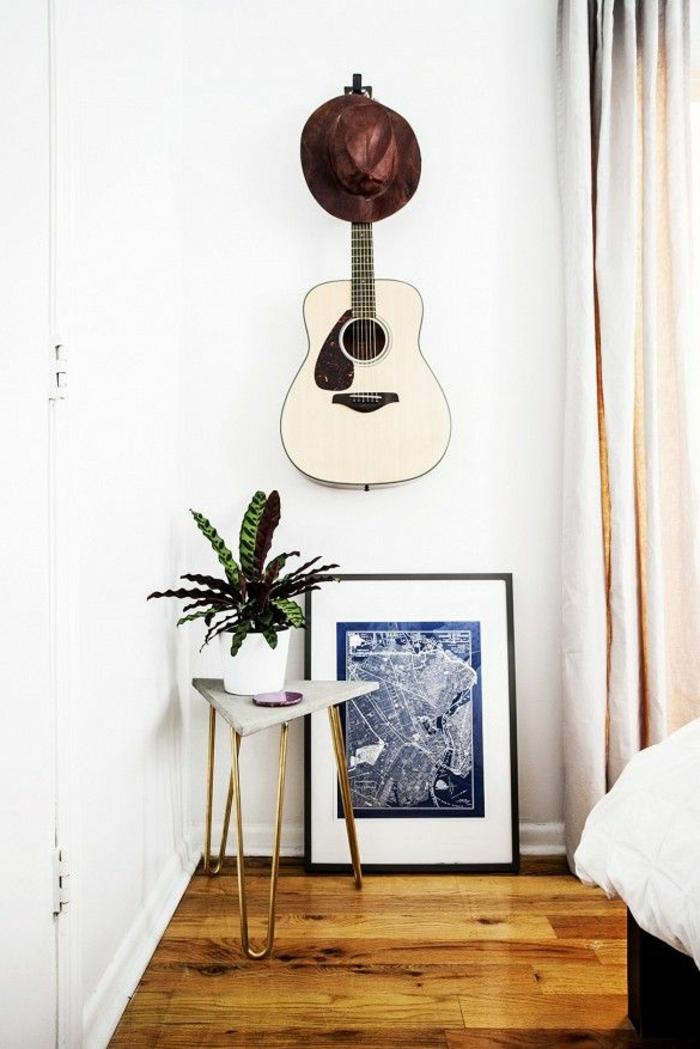 minimalistisches-Schlafzimmer-originelle-Wandgestaltung-brauner-Hut-weiße-akustische-Gitarre