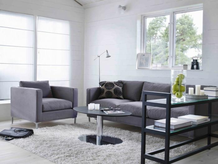 minimalistisches-Wohnzimmer-graue-Möbel-weißer-Teppich