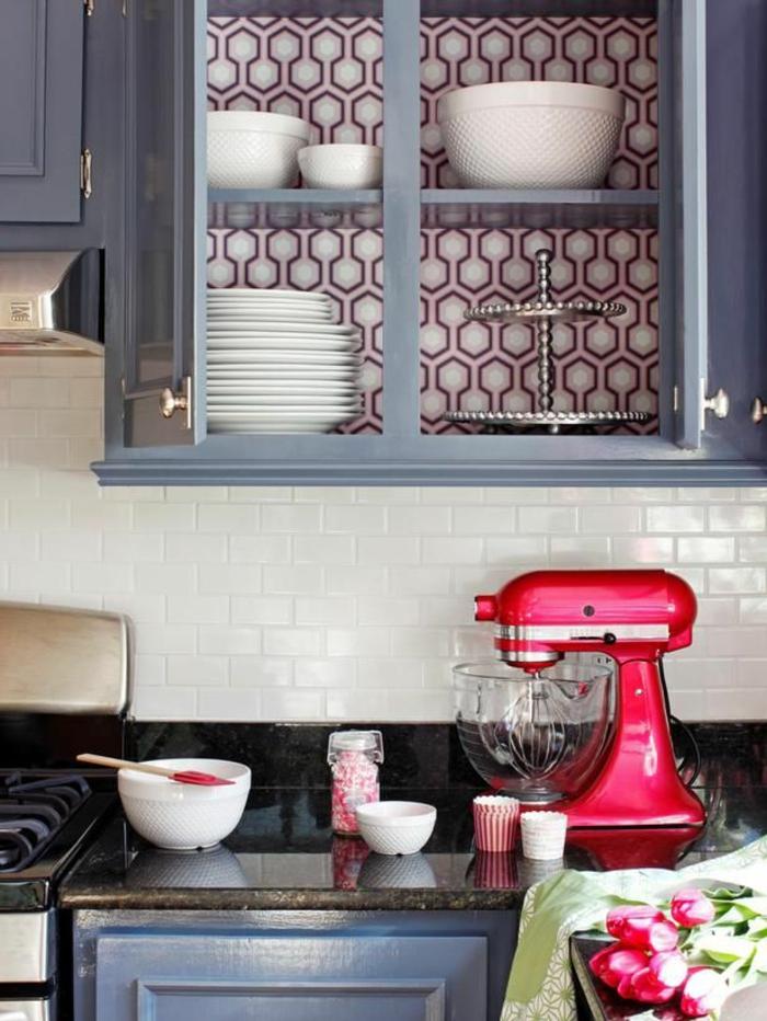 moderne-Küche-coole-Idee-Tapeten-hinter-dem-Küchenschrank
