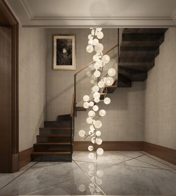 moderne-Wohnung-Treppen-zum-zweiten-Stock-Designer-Leuchten-Ballons-Sphären