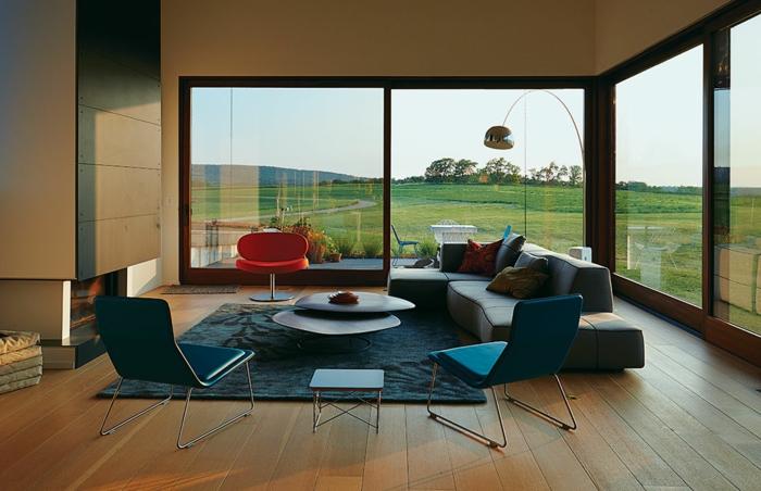 moderne-Wohnung-große-Fenster-Designer-Möbel-originelle-leseleuchte