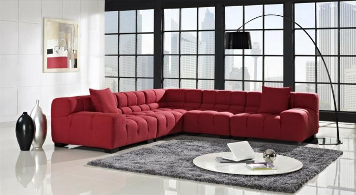 moderne-Wohnung-minimalistische-Einrichtung-großes-rotes-Sofa-Designer-Vasen-originelle-schwarze-leseleuchte