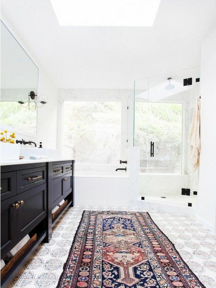 moderne-Wohnung-weiße-Wände-schwarze-Schränke-Kontrast-orientalischer-Teppich
