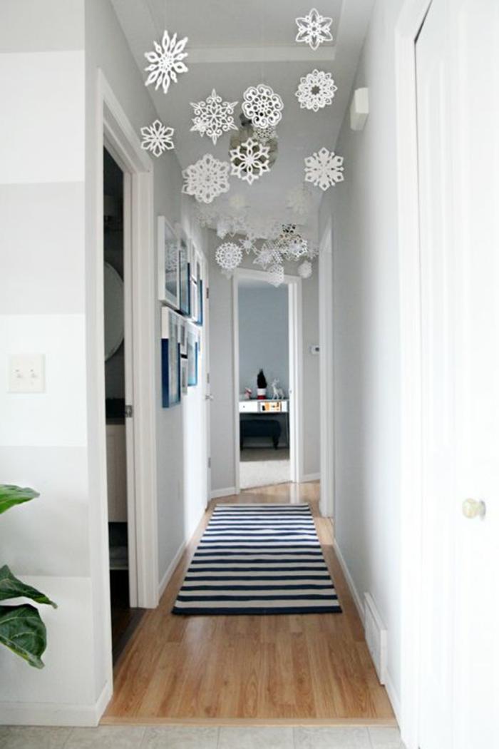 moderne-Wohnung-weißes-Interieur-Flur-Dekoration-hängende-Schneeflocken