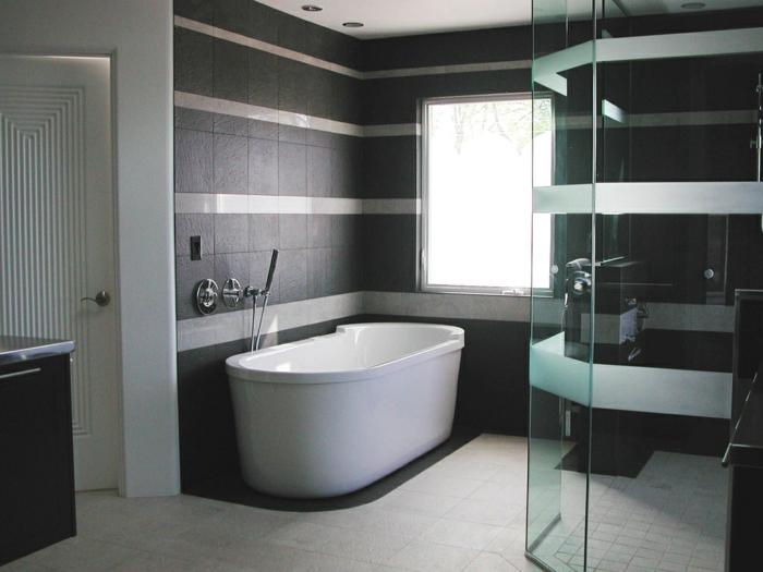 moderne-badezimmer-gestaltungsideen-schwarze-wände-schöne-weiße-badewanne