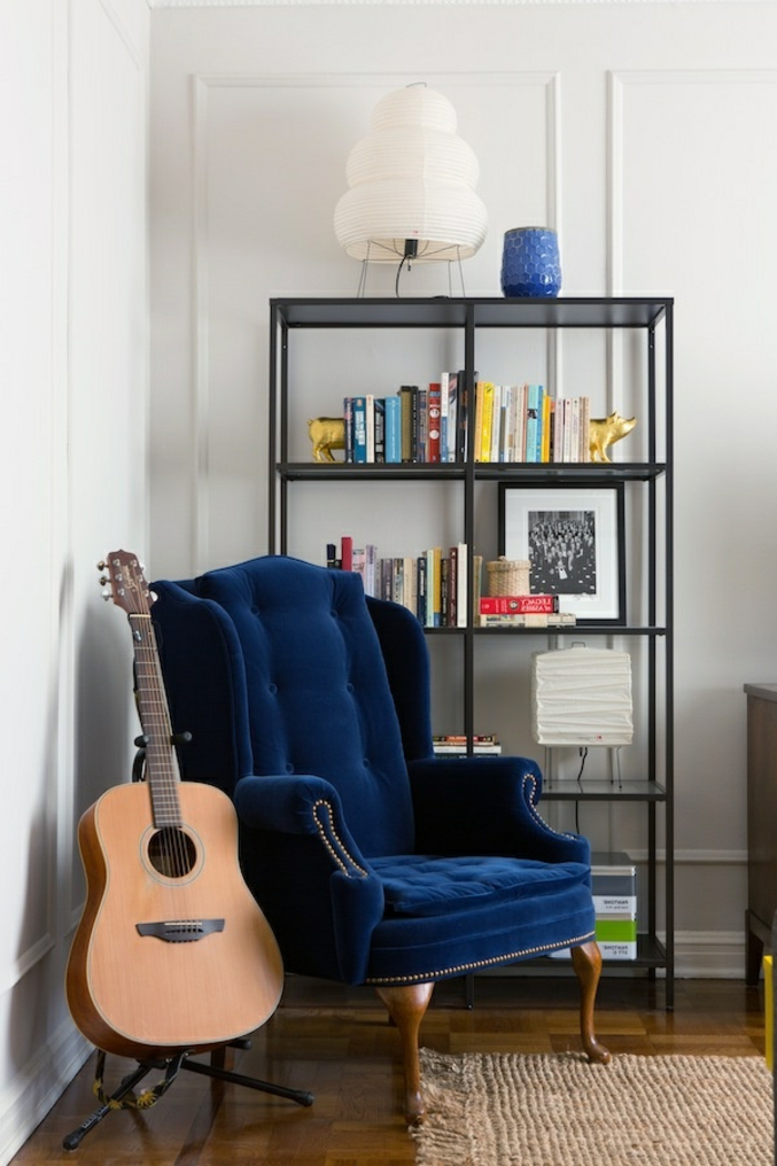 modernes-Interieur-blauer-Sessel-cooles-Design-Akustik-Gitarre