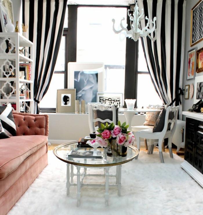 modernes-Interieur-gestreifte-schwarz-weiße-Gardinen-Designer-Möbel-schöner-Teppich