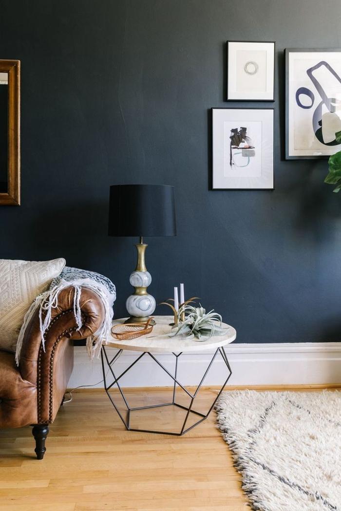 modernes-Interieur-schwarze-Wand-schwarze-Nachttischleuchte-einmaliges-Design