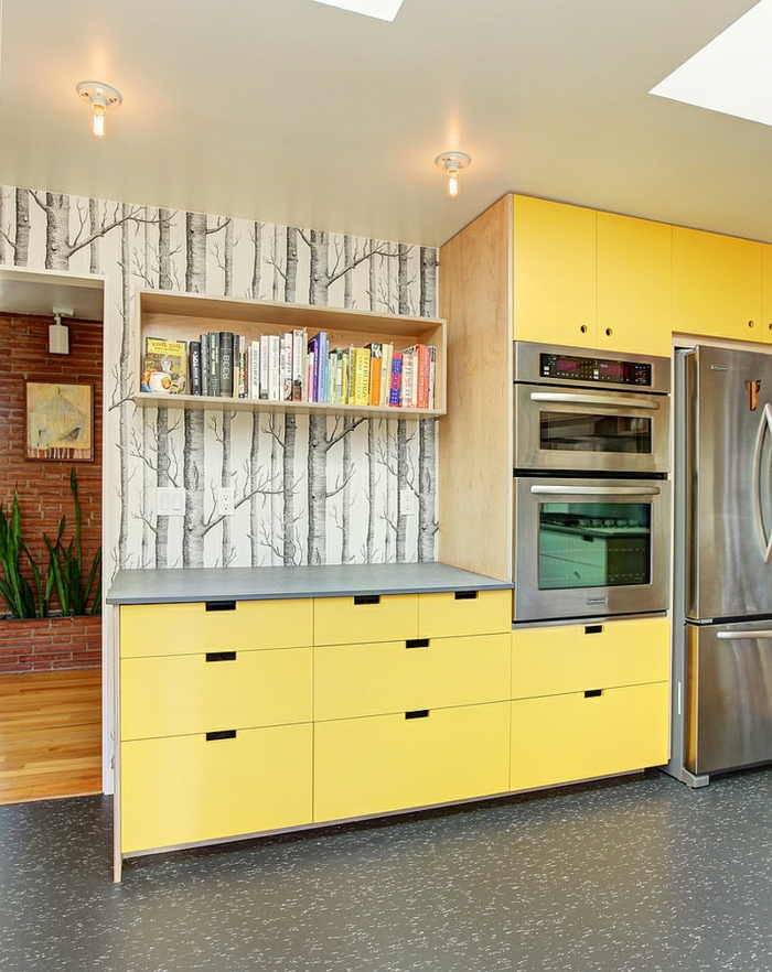 modernes-Küchen-Interieur-gelbe-Möbel-Schränke-coole-Tapeten-Waldmotive-schwarz-weiß