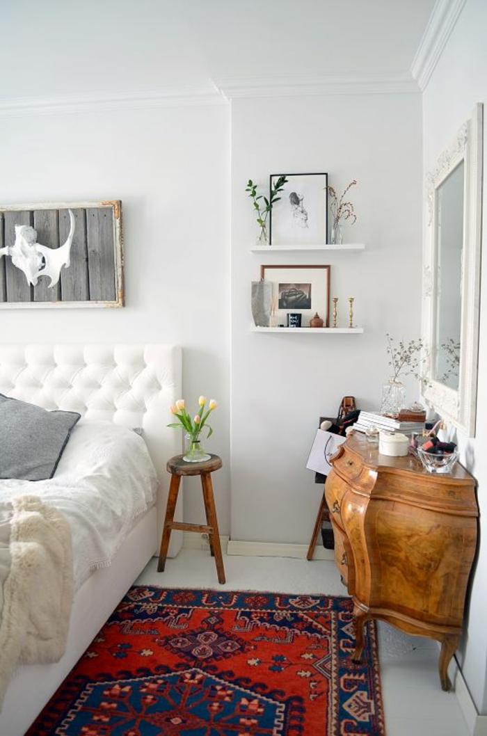 modernes-Schlafzimmer-Interieur-hölzerne-Kommode-vintage-Teppich-als-Akzent
