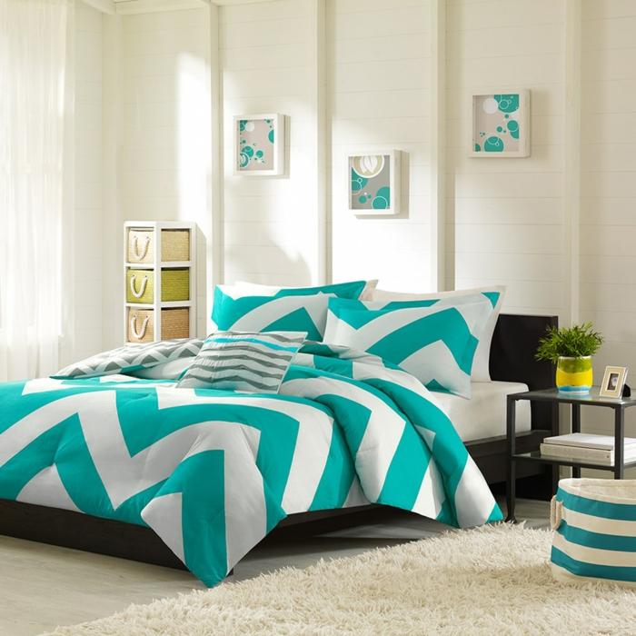 modernes-Schlafzimmer-Interieur-schöne-Bettwäsche-Wandbilder-aqua-Nuancen-flaumiger-Teppich