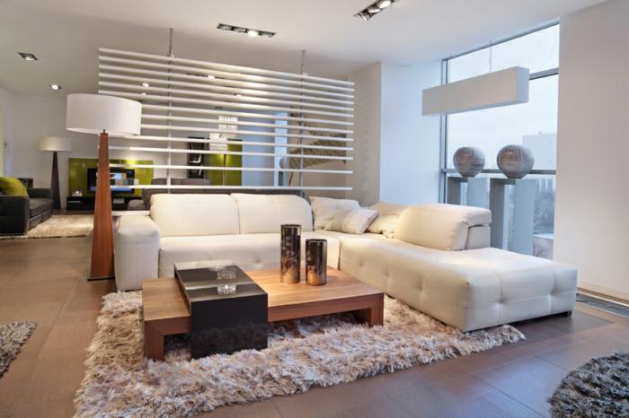 Wohnzimmer-Ecksofa-beige-flaumiger-Teppich