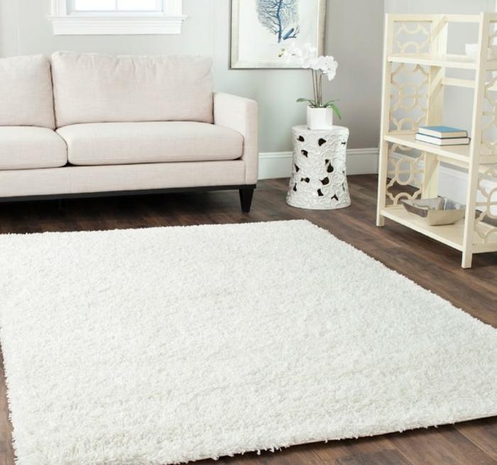 modernes-Wohnzimmer-Interieur-weiße-Möbel-Teppich-quadratische-Form