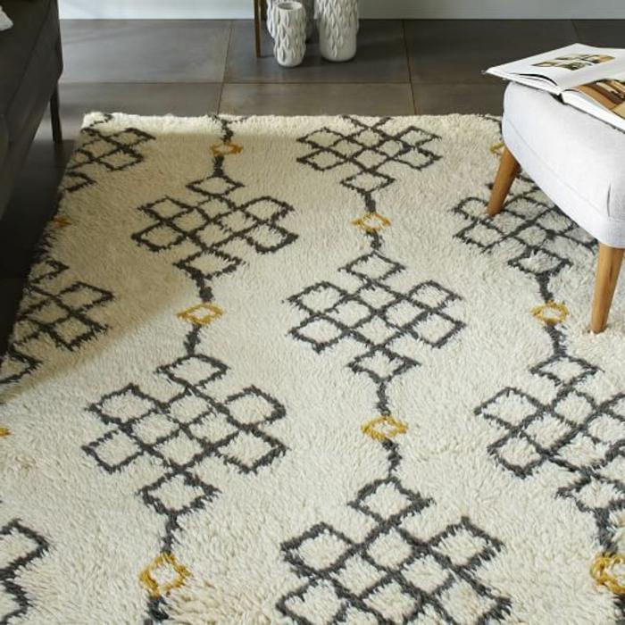 modernes-elegantes-Interieur-weißer-Teppich-schwarze-Dekoration