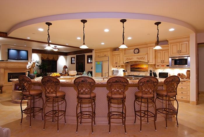 modernes-zimmer-einrichten-attraktive-küche-mit-barstühlen