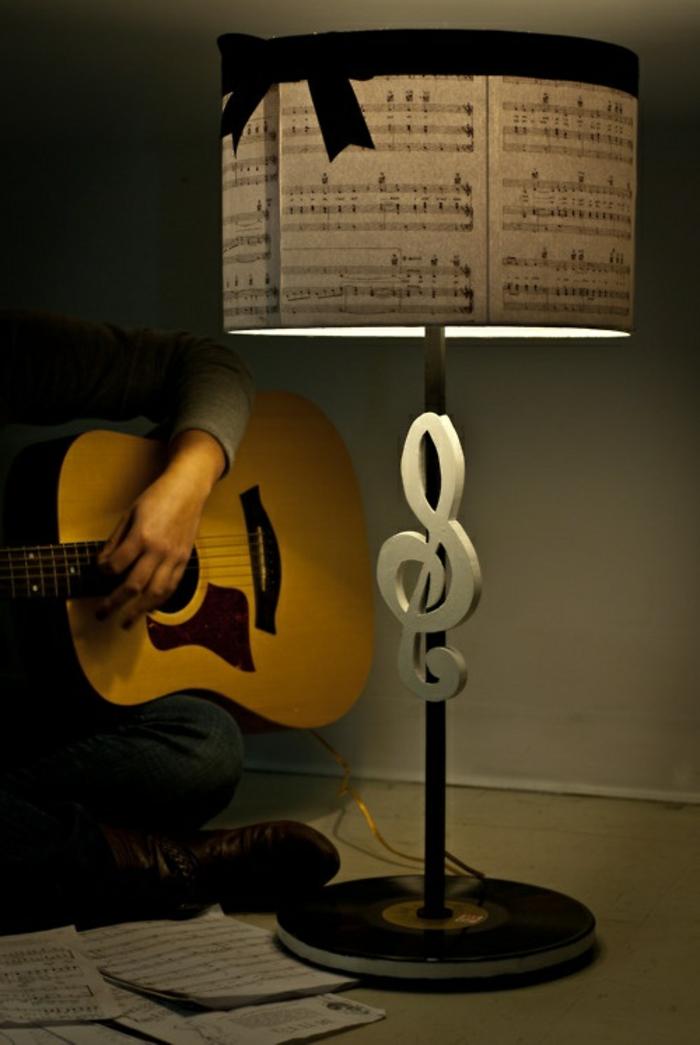 musikalische-Nachttischlampe-originelles-Design-Gitarre-spielender-Mann