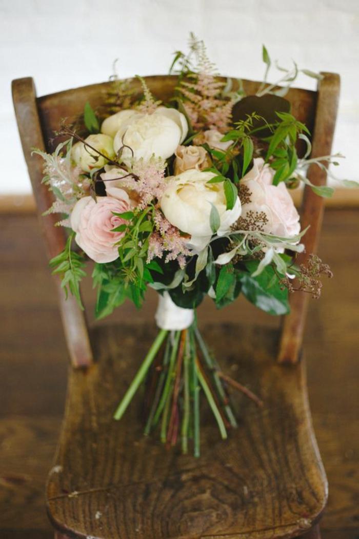 natural-aussehender-Brautstrauss-Pfingstrosen-zärtliche-Nuancen
