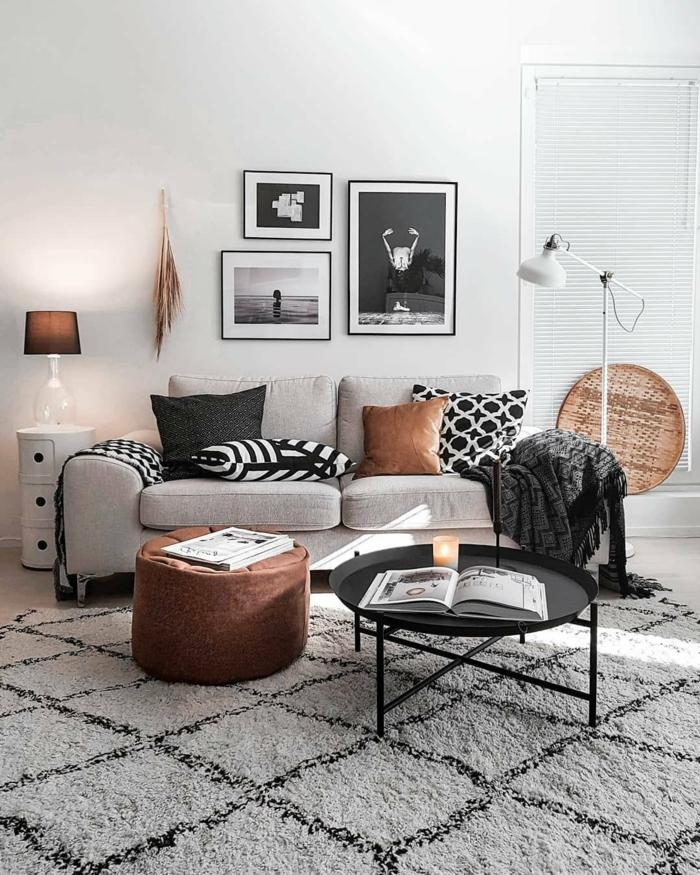 Sofa in grau mit bunten Kissen, schwarz weiße Fotografie, moderne Bilder, skandinavische Inneneinrichtung