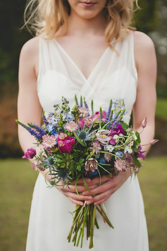 originelle-Idee-für-hochzeitsstrauß-Frühlingsblumen-blaue-lila-Nuancen
