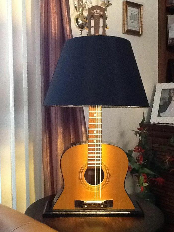 originelle-Interieur-Idee-Nachttischlampe-aus-Akustik-Gitarre
