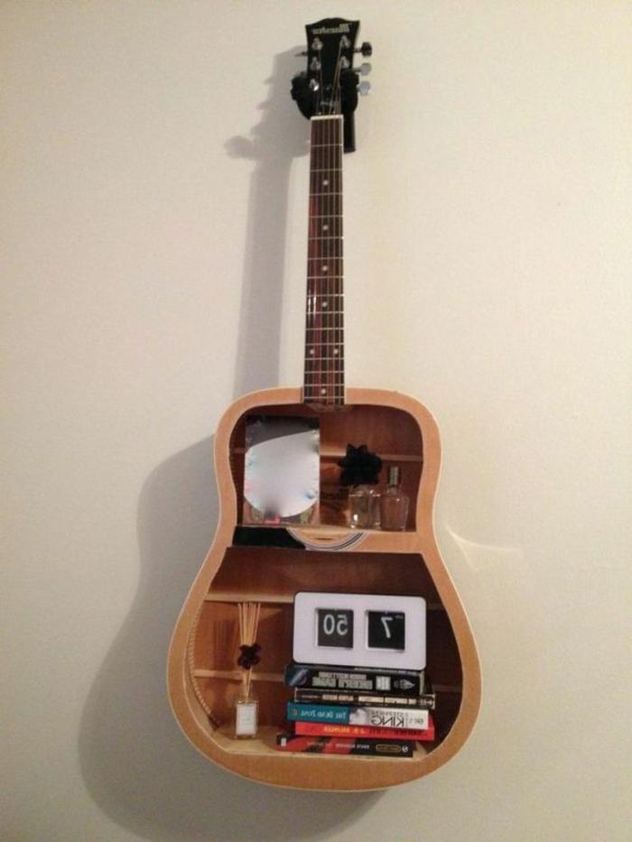 originelle-Wandgestaltung-multifunktionelle-Akustik-Gitarre