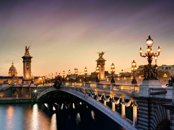 paris-urlaub-tipps-brücke-mit-beleuchtung