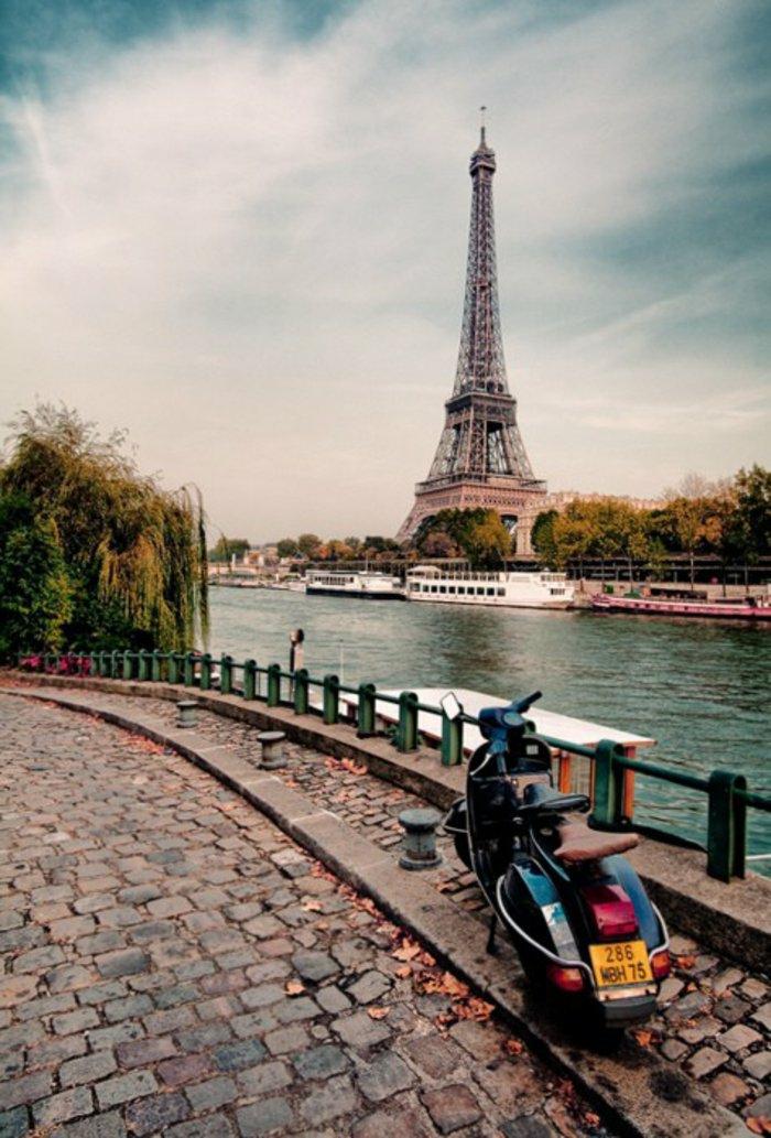 paris-urlaub-tipps-motor-und-blick-auf-eiffelturm-und-seine