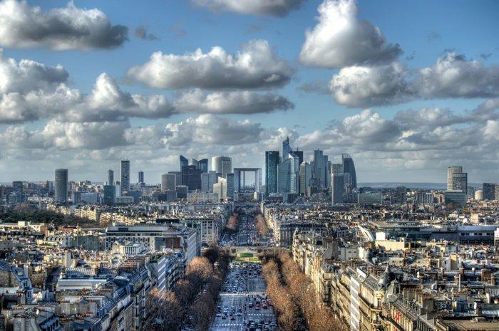 paris-urlaub-tipps-wolken-über-der-stadt