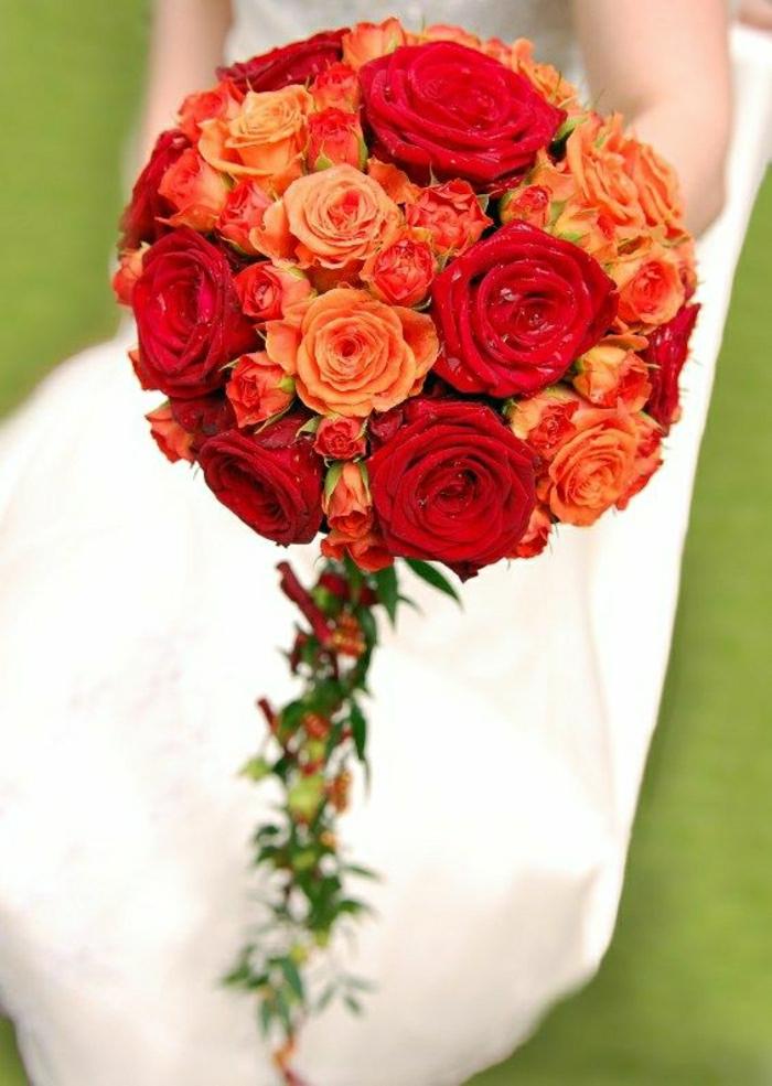 runder Brautstrauss aus orangen und roten Rosen