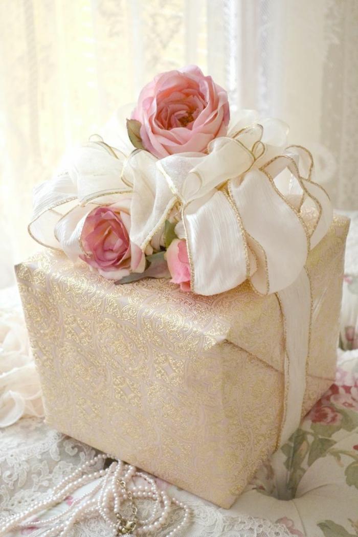 persönliche-geschenke-schön-verpacken-romantische-Blumen-Dekoration-goldenes-Band