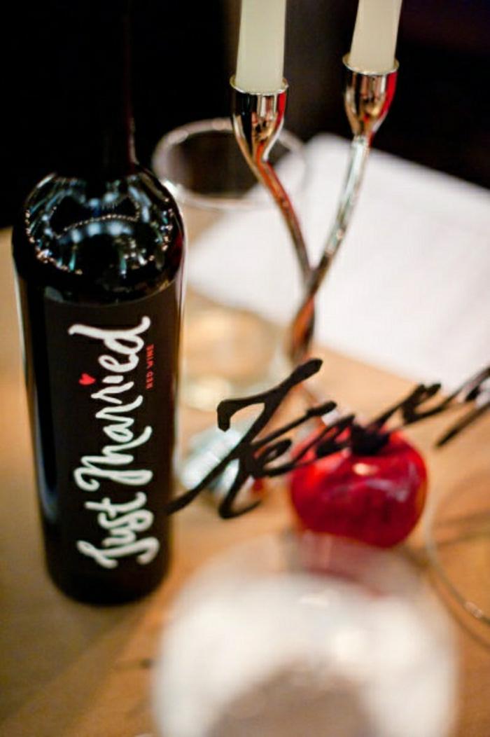 personalisierte-Flaschenetiketten-Weinflasche-neues-Ehepaar-eleganter-Kerzenhalter