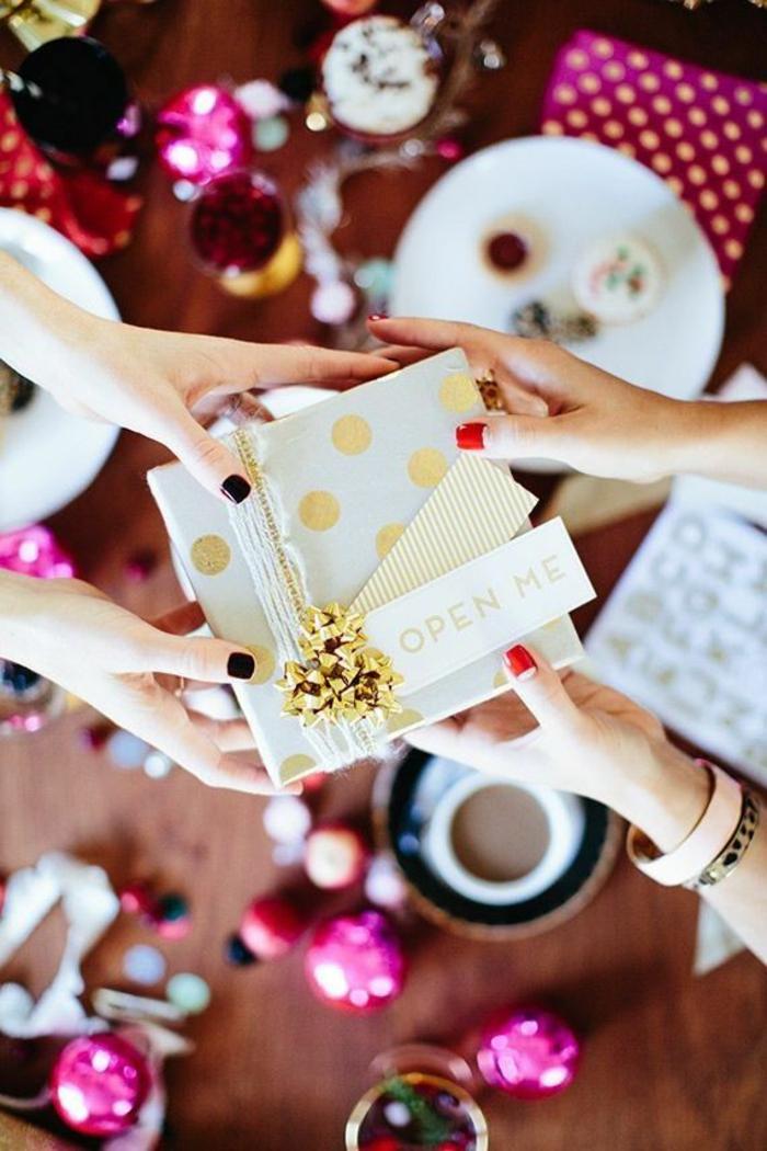 personalisierte-geschenke-schön-verpacken-goldene-Dekoration