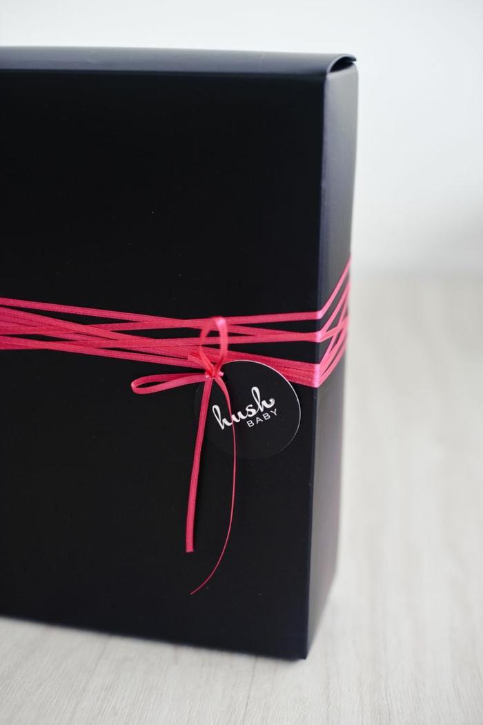 personalisiertes-Geschenk-verpacken-schwarze-Schachtel-rosa-Band
